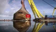 Máquina impresionante saca barco hundido del mar