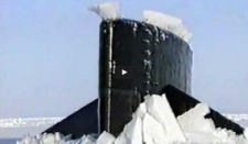 Submarino rompiendo el hielo